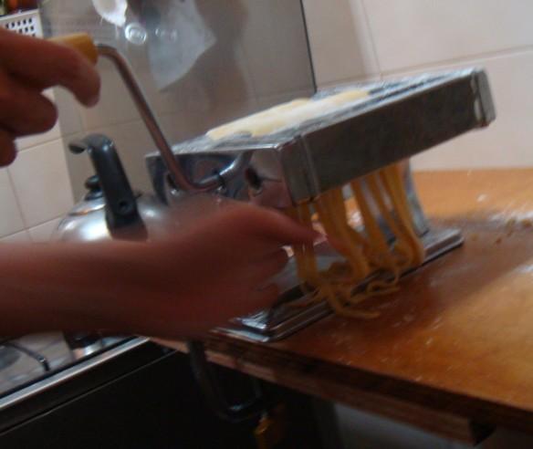 Nat fazendo macarrão depois de a massa estar no ponto