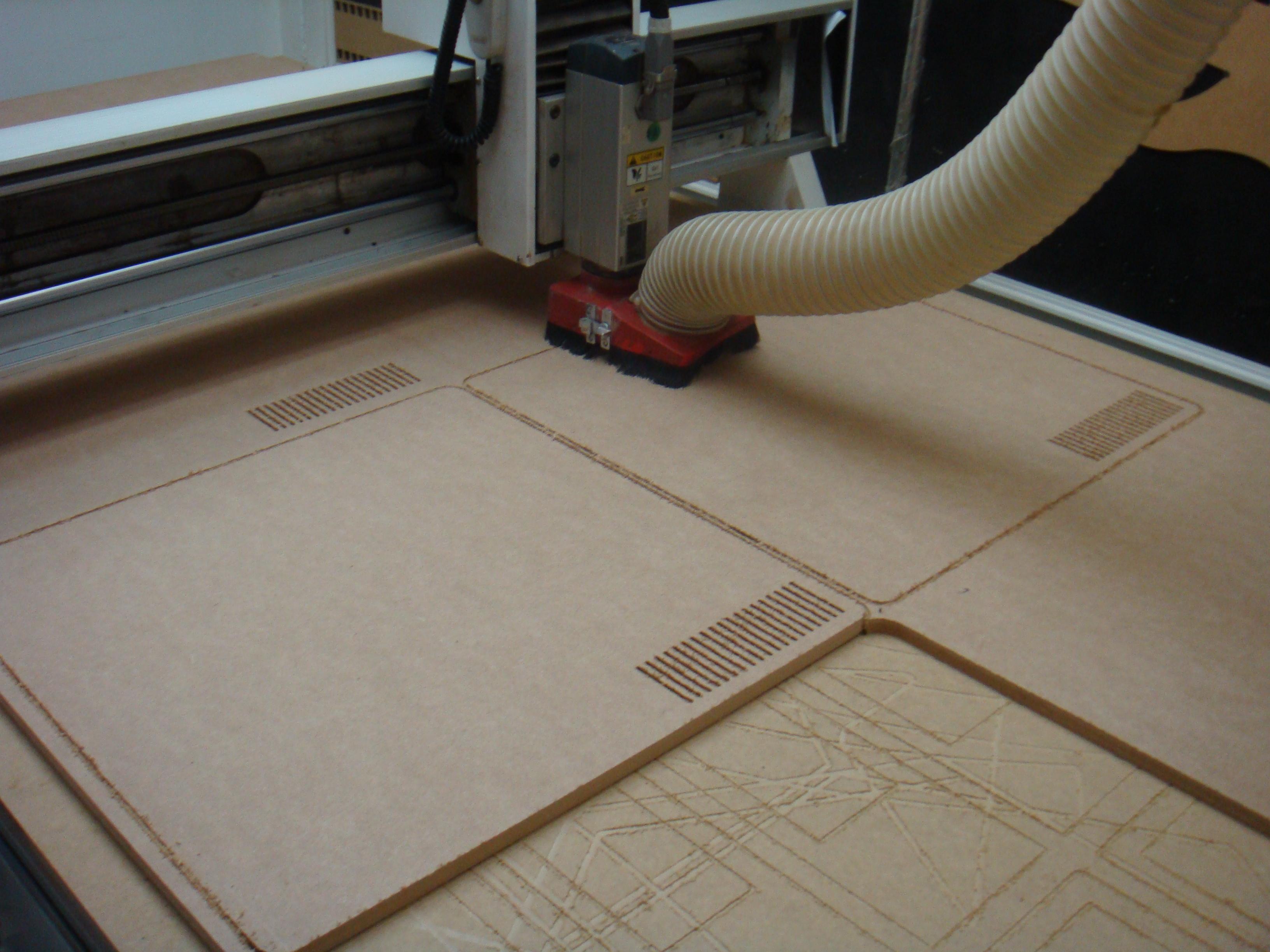CNC do Serginho. Hoje tiramos várias peças de um MDF de 15mm de  #604B30 3264x2448
