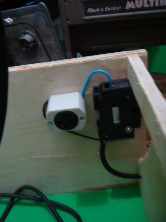 Detalhe da ligação elétrica da mesa